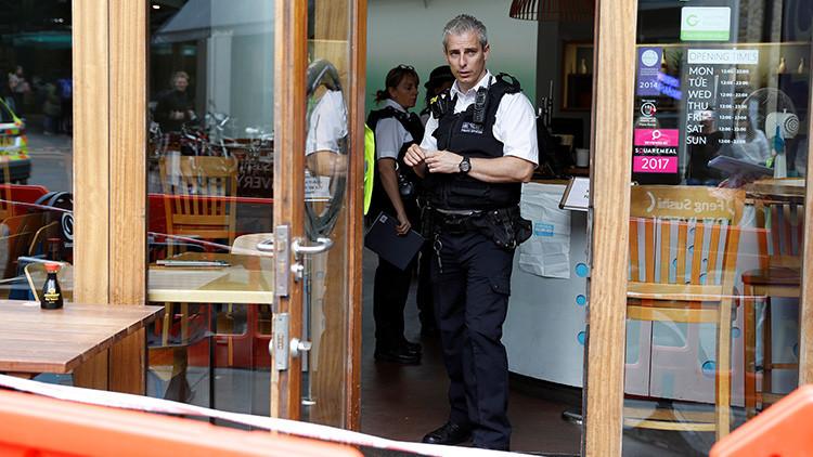 """Londres: Tres heridos tras recibir un sobre con una """"sustancia química"""""""