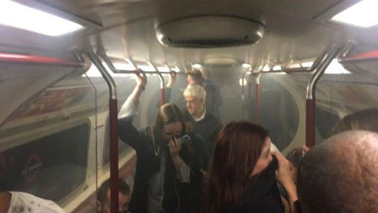 Londres: Evacuan una estación de metro por un incendio en el tren (FOTOS, VIDEOS)