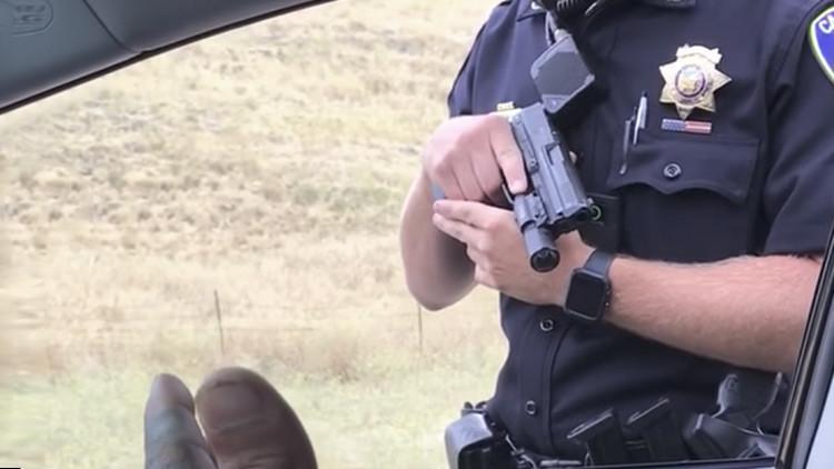 Video: Un policía apunta durante nueve minutos a dos automovilistas desarmados en EE.UU.