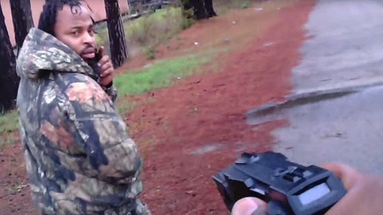 Dispara a quemarropa contra un policía y acaba preso gracias a este video (FUERTES IMÁGENES)