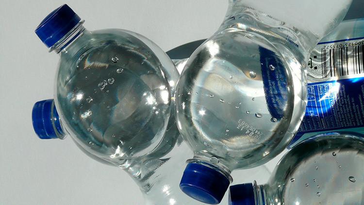 Reino Unido: Obligan a las personas a beber de sus botellas de agua para confirmar que no es ácido