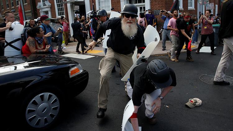 FUERTES IMÁGENES: Un vehículo embiste a manifestantes en Charlottesville