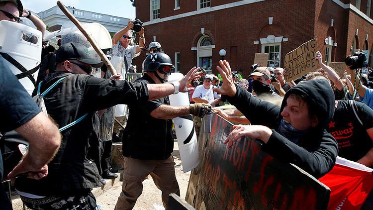 EE.UU.: Violencia y caos por los enfrentamientos en Charlottesville (FUERTES IMÁGENES)