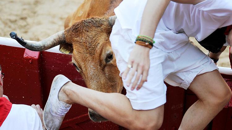 FUERTES IMÁGENES: Toros cornean a dos jóvenes en un encierro en España