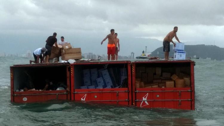 Piratas del siglo XXI: Saquean contenedores que cayeron al mar en São Paulo (video, fotos)