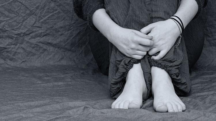 Psicólogo forense es acusado de violar a su hijastra y almacenar comprometedoras fotos de pacientes