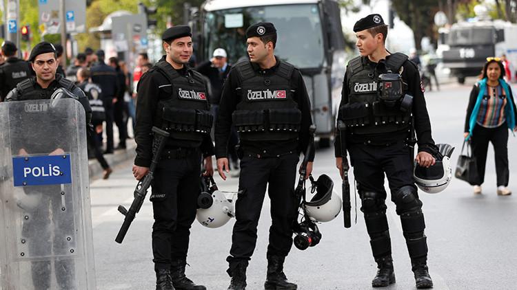 VIDEO: Un hombre armado abre fuego desde el tejado de un edificio en Estambul