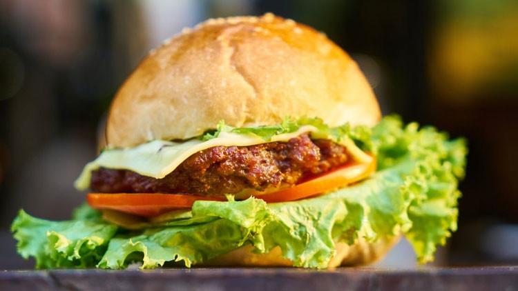 'Buen provecho': Pide una hamburguesa, la muerde y se lleva una sorpresa muy desagradable (FOTOS)