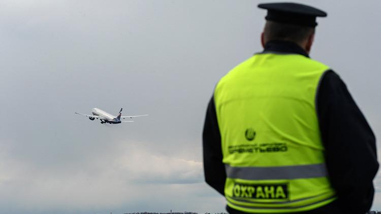 Un avión aterriza de emergencia por culpa de un pasajero ebrio que se autolesiona en pleno vuelo