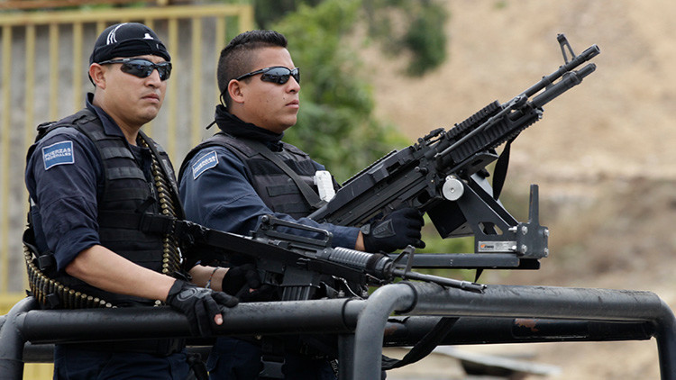 VIDEO: Hallan una fosa clandestina con seis cadáveres junto a un centro comercial en Acapulco