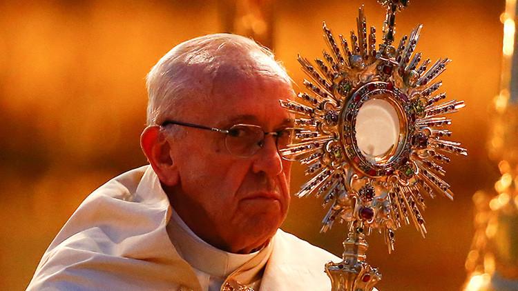 """Francisco pide perdón por la """"monstruosidad"""" de los sacerdotes pedófilos"""