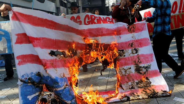 """""""¡Fuera de América Latina!"""": en Chile queman la bandera de EE.UU. durante la visita de Pence (FOTOS)"""