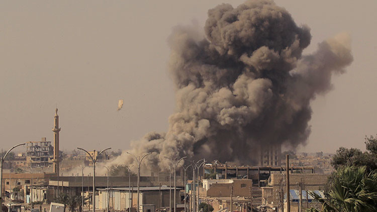 Un bombardeo de la coalición de EE.UU. en Raqa mata a 17 niños y mujeres