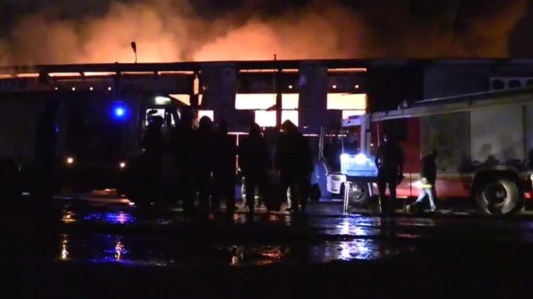Videos, Fotos: Un enorme incendio destruye un almacén en Moscú