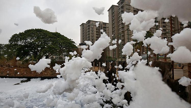 Gigante marea de espuma tóxica amenaza a los habitantes de la India (Fotos y videos)