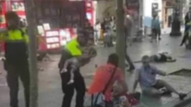 VIDEO: Un policía calma a un bebé tras el atentado en Barcelona