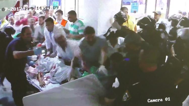 FUERTE VIDEO: Un hombre herido muere mientras soldados israelíes intentan arrestarlo en un hospital