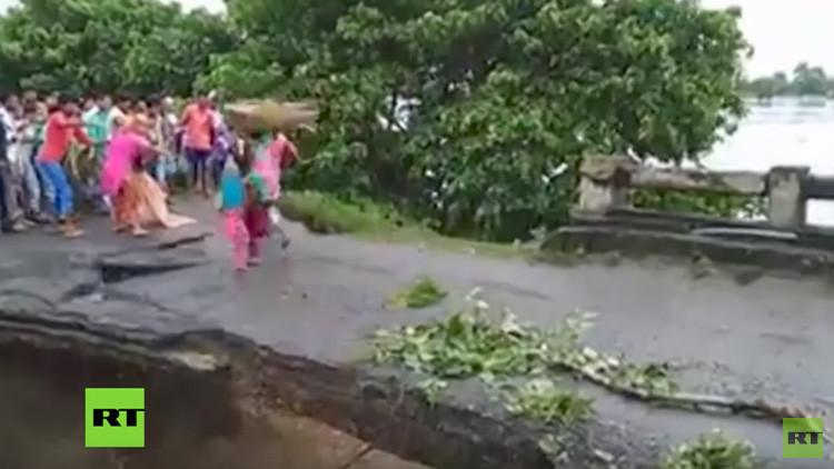 FUERTE VIDEO: Varias personas caen al cauce de un río tras derrumbarse un puente