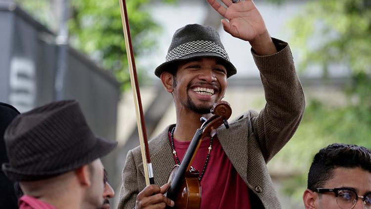 La contradictoria historia del 'violinista de las protestas' en Venezuela