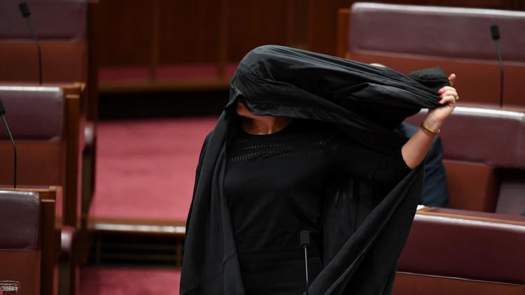 Sorpresa en el Senado australiano: ¿Por qué ingresó una mujer con burka en el pleno? (FOTOS, VIDEO)