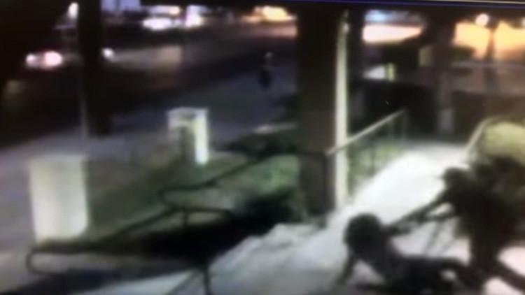 FUERTE VIDEO: Intentan violar a una mujer en EE.UU. ante la aterradora indiferencia de los presentes