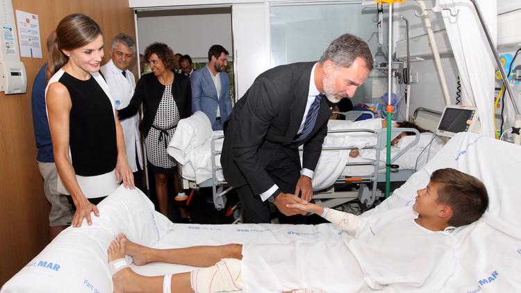 """""""No tenim por"""": Felipe VI y la reina Letizia visitan a los heridos del atentado en Barcelona (VIDEO)"""