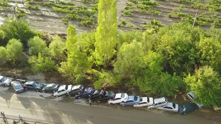 VIDEO: Torrencial lluvia provoca efecto dominó con decenas de coches en un popular balneario ruso