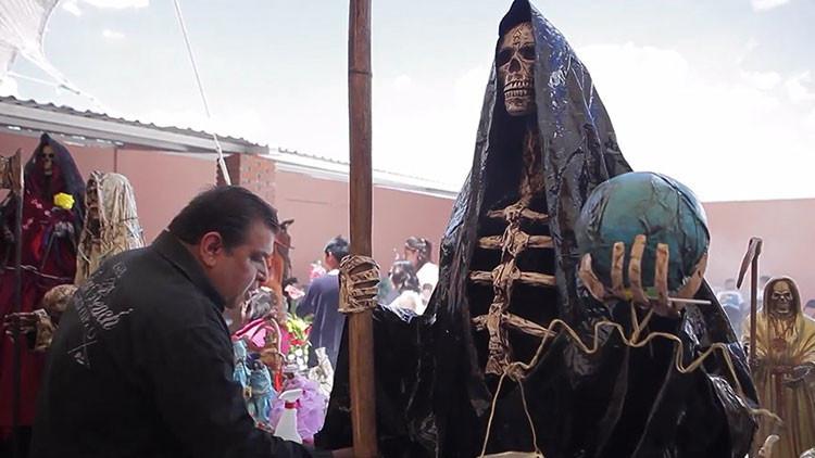 El siniestro culto de México: peregrinos honran a la Santa Muerte de Tepatepec (VIDEO)