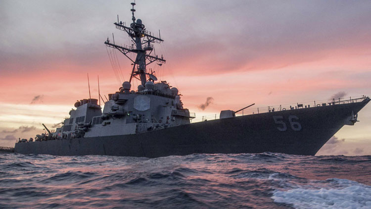 Un destructor de misiles de EE.UU. choca con un petrolero cerca de Singapur