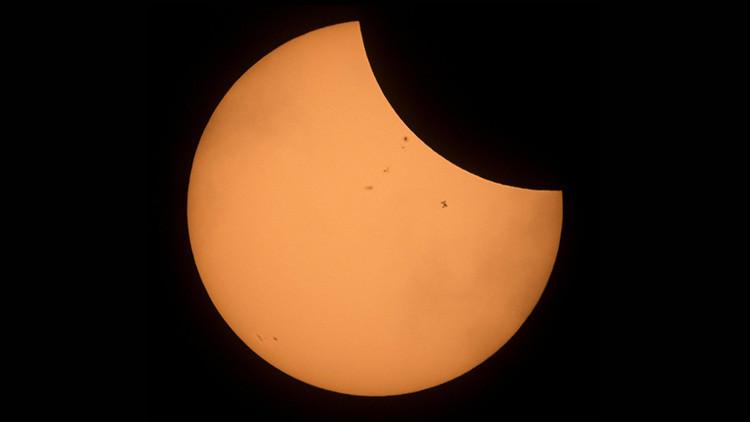 FOTO ÚNICA: La EEI se recorta sobre el eclipse solar del siglo