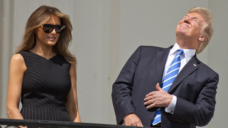 VIDEO, FOTOS: Ignorando advertencias, Trump observó el eclipse solar sin gafas