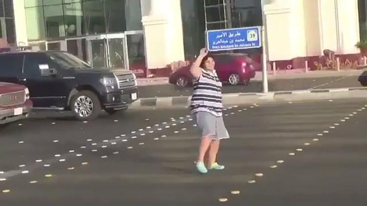 Arabia Saudita: Detienen a un joven de 14 años por bailar 'Macarena' en plena calle (Video)