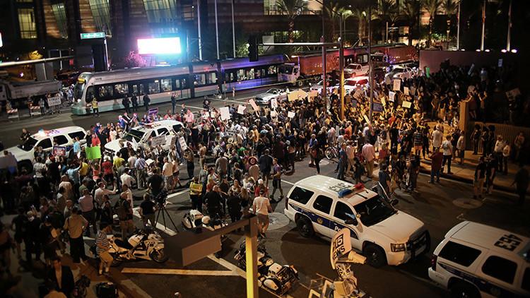 La Policía dispersa con granadas de humo y gas lacrimógeno una protesta contra Trump