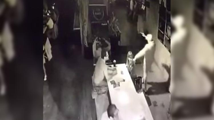 VIDEO: Cámaras de seguridad graban el asalto a un cine en Ciudad de México