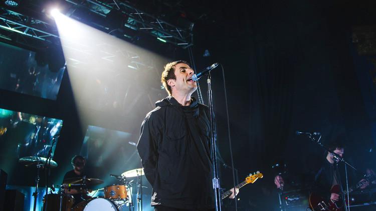 La Policía prohíbe a un músico callejero interpretar una canción de 'Oasis' porque lo hace mal