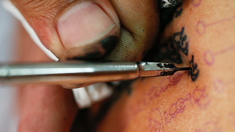 FOTO: Un futbolista argentino se hace un tatuaje con error gramatical incluido
