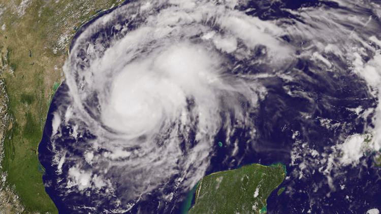 """VIDEOS: El huracán """"potencialmente mortal"""" se aproxima a Texas con vientos de hasta 200 km/h"""