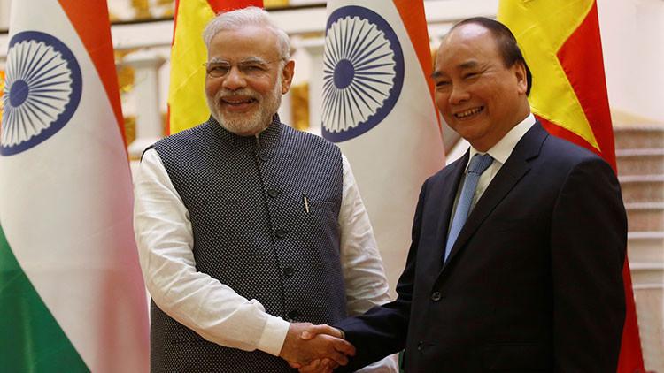 """India tiende puentes con Vietnam para desafiar a China """"en su patio trasero"""""""
