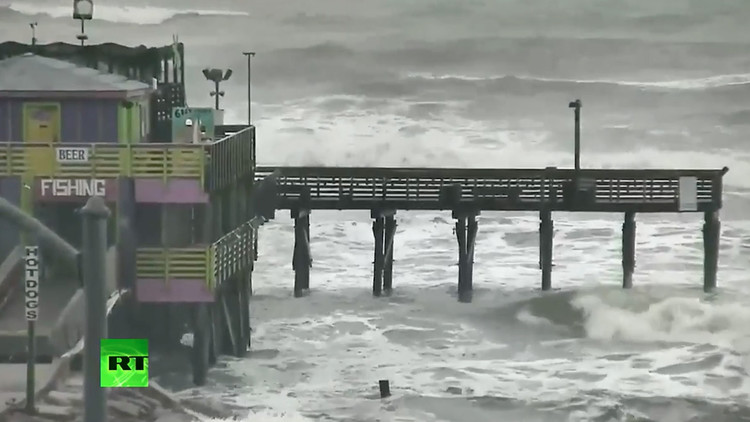 """VIDEO: El """"potencialmente mortal"""" huracán Harvey se acerca a las costas de Texas"""