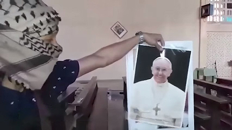 El Estado Islámico destruye estatuas de Jesucristo y amenaza al papa Francisco