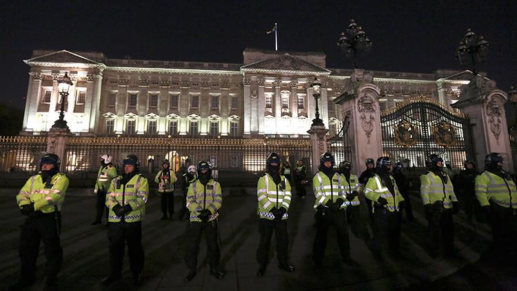 Un hombre ataca a policías con un cuchillo cerca del Palacio de Buckingham