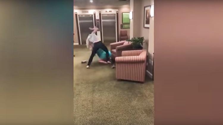 VIDEO: Una mujer se convierte en heroína de la Red por golpear a otra que profirió insultos racistas