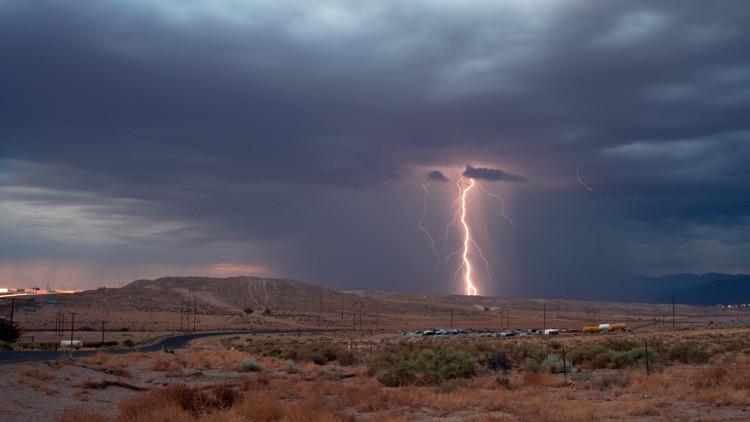 Un turista toma una foto en el momento exacto en que es alcanzado por un rayo
