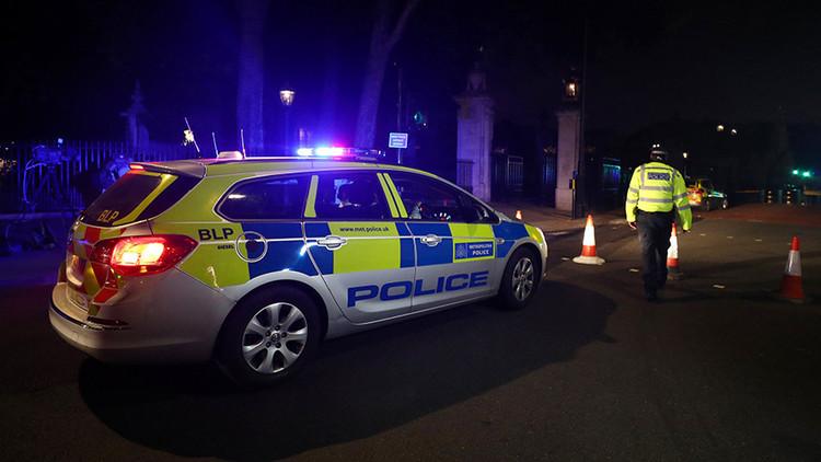 """El atacante arrestado ante el Palacio de Buckingham llevaba una espada y gritaba """"Allahu Akbar"""""""
