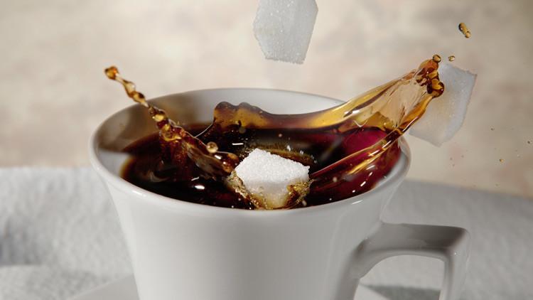 Revelan cómo se debe beber el café para reducir el consumo de azúcar
