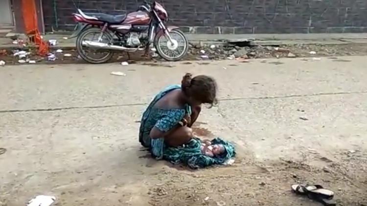 Una india de 17 años da a luz en la calle junto a un centro médico y nadie la socorre (VIDEO, 18+)