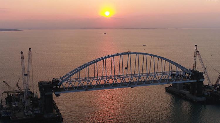 Video: El enorme arco de vía férrea del puente de Crimea se eleva a la altura proyectada