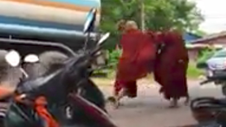 Video: Un monje ajusta cuentas con un compañero a paraguazos en Birmania
