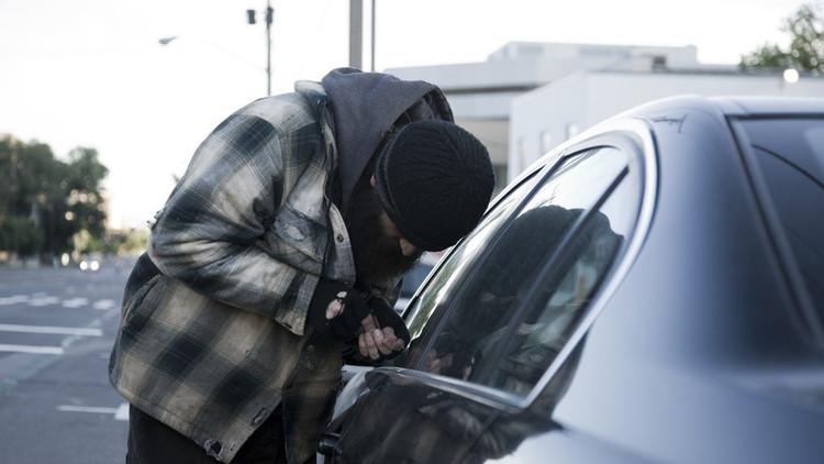 EE.UU.: Arrastran a un presunto ladrón de coches con el pantalón bajado (Video)