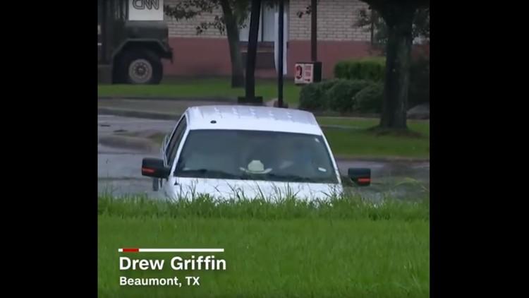 VIDEO: Periodista rescata en directo a conductor de una camioneta que cayó a una quebrada en Texas